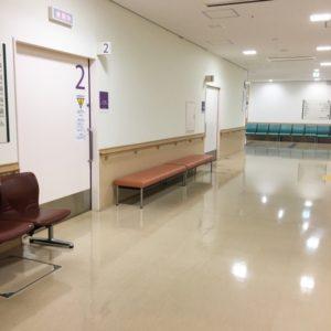 深夜の病院の長椅子